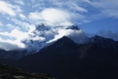 Moln drar in över Ama Dablam (6812 m), längs trekken från Dingboche till Lobuche.