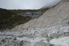 Lobuche-floden med Dughla på andra sidan, längs trekken mellan Dingboche och Lobuche.