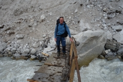 Stefan på bron över Lobuche-floden alldeles vid Dughla, längs trekken mellan Dingboche och Lobuche.