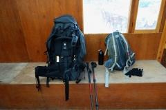 Min ryggsäck till vänster och Pengs till höger under vilopausen på Rest Point Bakery & Café i Dughla.