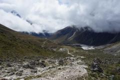 Vy ner mot en grupp sherpas och Dughla en bit upp längs leden mot Lobuche.
