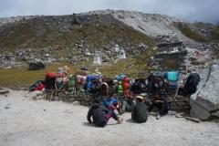 En grupp sherpas tar en vilopaus vid Everest Memorial, Chukpi Lhara (4840 m).