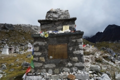 En av gravstenarna på Everest Memorial, Chukpi Lhara (4840 m).