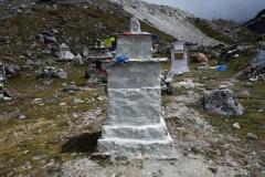 Några av gravstenarna på Everest Memorial, Chukpi Lhara (4840 m).