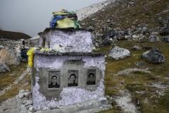 Gravsten över tre döda kineser på Everest Memorial, Chukpi Lhara (4840 m).
