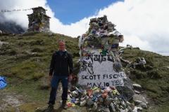 En av de mer kända gravstenarna till minne av Scott Fisher som dog på Everest i maj 1996. Tillsammans med Ed Viesturs var dom första amerikanerna att bestiga K2 utan syrgas, Everest Memorial, Chukpi Lhara (4840 m).