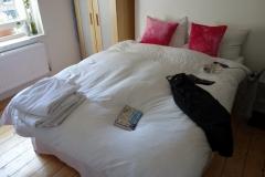 Sängen i rummet jag hyrt genom Airbnb,  Notting Hill.