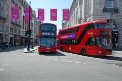 Klassiska dubbeldäckare längs gatan Piccadilly, Mayfair.