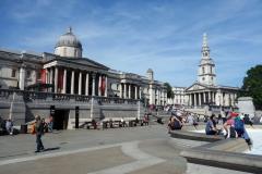 Trafalgar Square med National Gallery och kyrkan St Martin-in-the-Fields i bakgrunden.