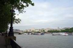 Waterloo Bridge och en skymt av Somerset House till höger i bild från Southbank Promenade, South Bank.