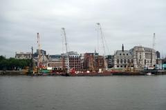 Arkitekturen på andra sidan Themsen från Gabriels Wharf, South Bank.