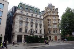 Byggnaden till höger i bild är domstolen Old Bailey Chambers, City of London.