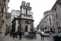 Bank tube station med den anglikanska kyrkan St Mary Woolnoth bakom, City of London.