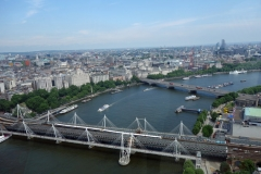 Hungerford Bridge and Golden Jubilee Bridges och Waterloo Bridge från London Eye, South Bank.