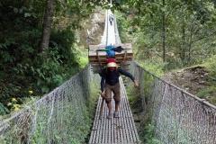 Sherpa med mycket tung last på ryggen!