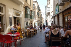 På en av dessa små mysiga restauranger längs Theatre Street åt vi lunch, Valletta.