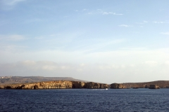 Ön Comino med Blue Lagoon bakom klipporna.
