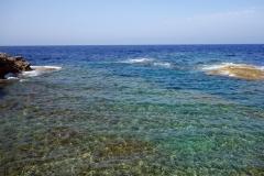 Det klara vattnet längs kusten i Dwejra, Gozo.