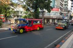 Jeepney efter jeepney plöjer fram längs Del Pilar Street, Ermita, Manila.