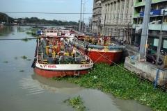 Fartyg ankrade längs Pasig river, Manila.