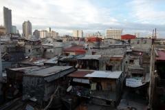 Bild över slummen vid Cubao station, Quezon city, Manila.