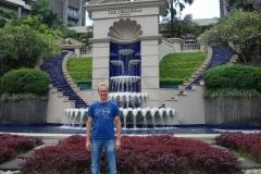 Stefan framför The Peninsula Manila Hotel, Makati, Manila