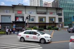 Taxi som väntar på att plocka upp besökare från Greenbelt, Makati, Manila.