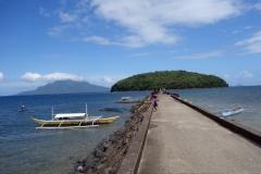 Piren i Kawayan med Turtle island i förgrunden och Maripipi island i bakgrunden.