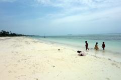 Lekande barn på Matemwe Beach, Unguja.