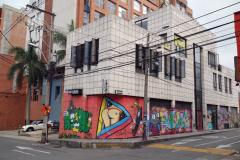 Graffiti på sliten byggnad i närheten av mitt hotell, Poblado, Medellín.