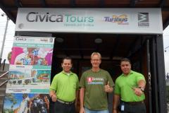Mario, Stefan och Marios chef utanför Cívica Tours lilla kontor vid station Poblado, Medellín.