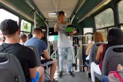 Lokal rappare på bussen från station San Javier upp till kvarteren i Comuna 13 för dagens tour, Comuna 13, Medellín.