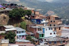 Man kan se hur många generationer som bor i husen i form av våningar. Den yngsta generationen bor högst upp, Comuna 13, Medellín.