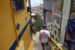 Flako guidar i en trång gränd, Comuna 13, Medellín.