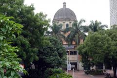 Del av Iglesia de San Antonio från Parque San Antonio, Medellín.