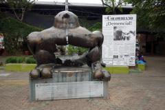 Den söndersprängda Fernando Botero-skulpturen,  Parque San Antonio, Medellín.