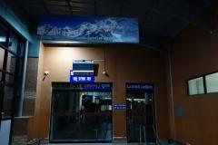 Så här såg det ut vid inrikesterminalens entré när jag som första person anlände till platsen.