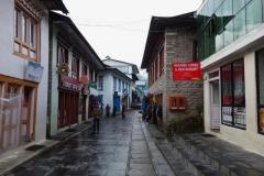 Huvudgatan genom Lukla.