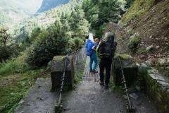 Paret från Österrike på väg över trekkens första hängbro.
