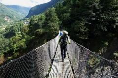 På väg över trekkens första hängbro.