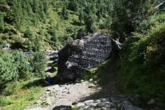 Sten med tibetanskt mantra i närheten av byn Chaurikharka.