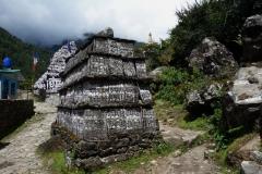 Sten med tibetanskt mantra längs leden mellan Lukla och Phakding.