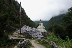 Sten med tibetanskt mantra och stupa längs leden mellan Phakding och Monjo.