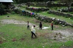 Lekande sherpa-barn alldeles innan Monjo.