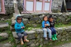 Sherpa-barn alldeles innan Monjo.