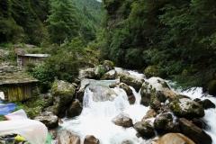 En bäck som kommer ner från bergen vid sidan av leden strax söder om Monjo.