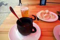 En öl, lobio och khinkali på Old Taverna, Mtskheta.