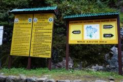 Informationsskyltar vid entrén till Sagarmatha National Park, Monjo.