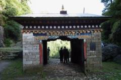 Denna entré till Sagarmatha National Park ligger bara 50-100 meter norr om den första entrén, Monjo.