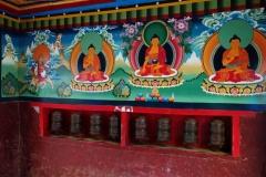 Vackra målningar och bönehjul i byggnadens inre, entrén till Sagarmatha National Park, Monjo.